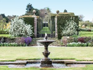 Filler: The Single Tier Fountain - Miserden Estate