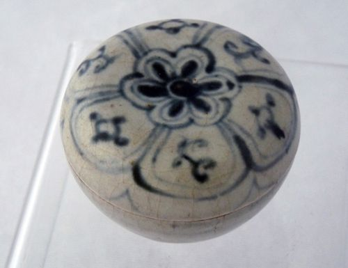 Ming / Annamese blue and white porcelain lidded box