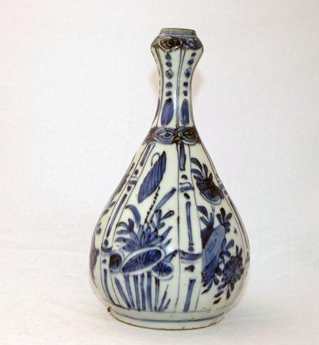 Ming kraak Blue and White Bottle Vase